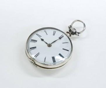 La montre et son boîtier. Le boîtier est en argent et le cadran en émail sur cuivre avec des aiguilles en acier bleui. C'est une « Montre de poche Oignon » appellation qui lui vient de sa forme.  Photo : Isa Mailloux