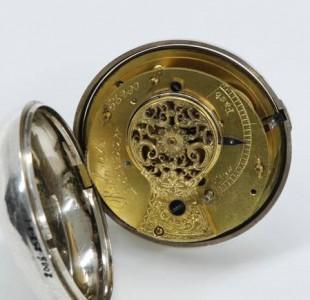 L'intérieur de la montre. On peut voir que le mouvement est d'origine anglaise. Son fabricant : Roberts, London Photo : Isa Mailloux