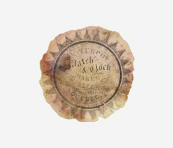 """Le papier conservé à l'intérieur de la boîte et qui porte l'inscription: """"N.Turcot, Watch & Clock Maker, Jeweller & C, 14 Mountain St. Quebec"""". D'après les livres de références sur les horlogers au Canada du 18e au 20e siècle Narcisse Turcot est inscrit comme fabricant d'horloges et de montres dans la ville de Québec de 1844 à 1885.  Photo : Isa Mailloux"""