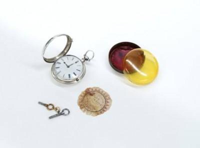 La montre, sa boîte, son étiquette et ses deux clés. Photo : Isa Mailloux