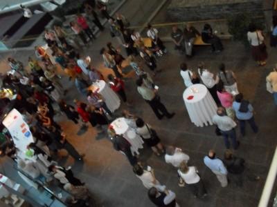 Les visiteurs rassemblés dans le hall au moment du tirage du prix de présence