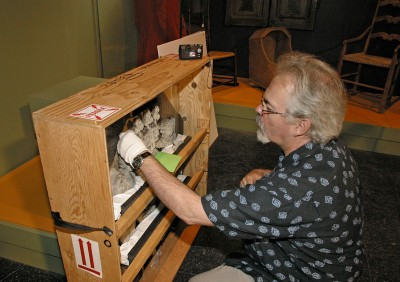Conservateur lors du montage de l'exposition Le Temps des Québécois. Photo : Idra Labrie, Perspective.