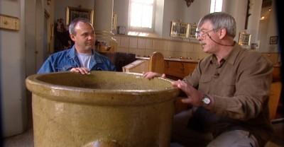 Le conservateur Guy Toupin examine avec le donateur une récente acquisition.