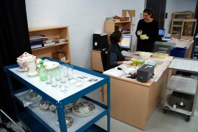 Les techniciennes en documentation procèdent à l'enregistrement de nouvelles acquisitions composées principalement d'objets reliés à la préparation, la présentation et la conservation des aliments.