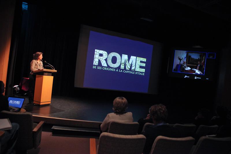 Hélène Bernier, directrice des expositions et des affaires internationales, en conversation avec la déléguée du Québec à Rome, madame Amalia Daniela Renosto, et le commissaire de l'exposition, monsieur Giovanni Gentili.