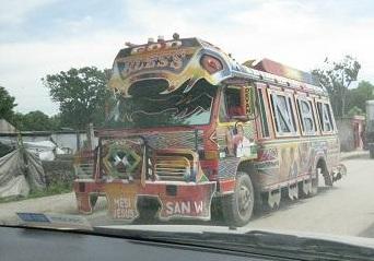 Tap-tap : camionnette modifiée pour le transport en commun.