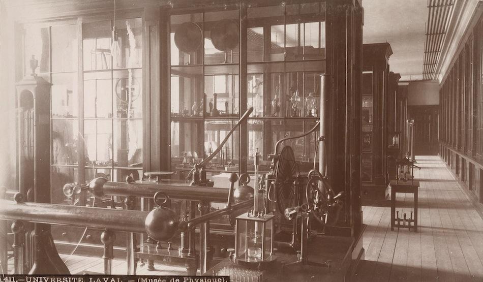 Le cabinet de physique du Séminaire de Québec. ph1998-3270.