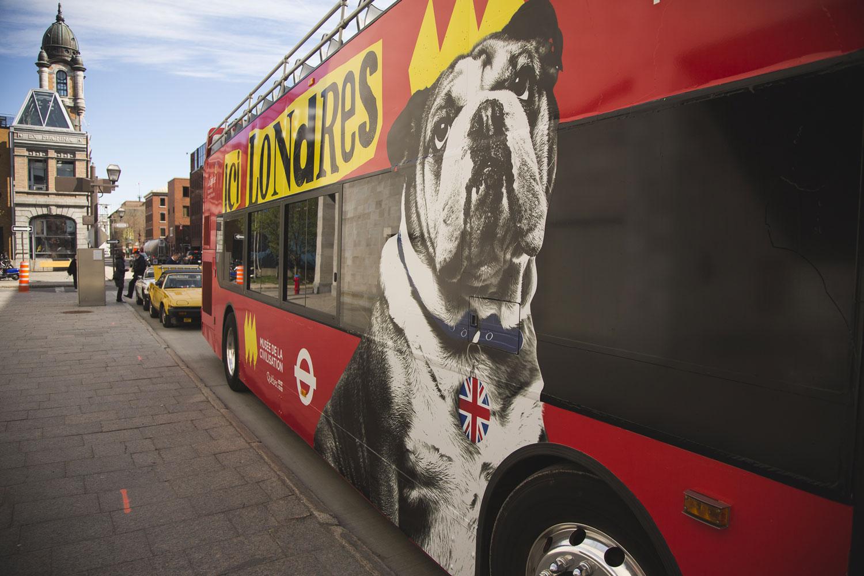 C'est à bord de cet autobus rouge à toit ouvert que visiteurs et journalistes ont embarqué pour se rendre au Musée.