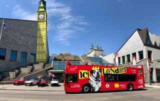 Les Tours du Vieux-Québec ont apporté leur contribution lors de l'inauguration en mettant à disposition du Musée l'autobus rouge faisant la promotion de l'exposition Ici Londres. Photo : Marie-Claude Mailhiot