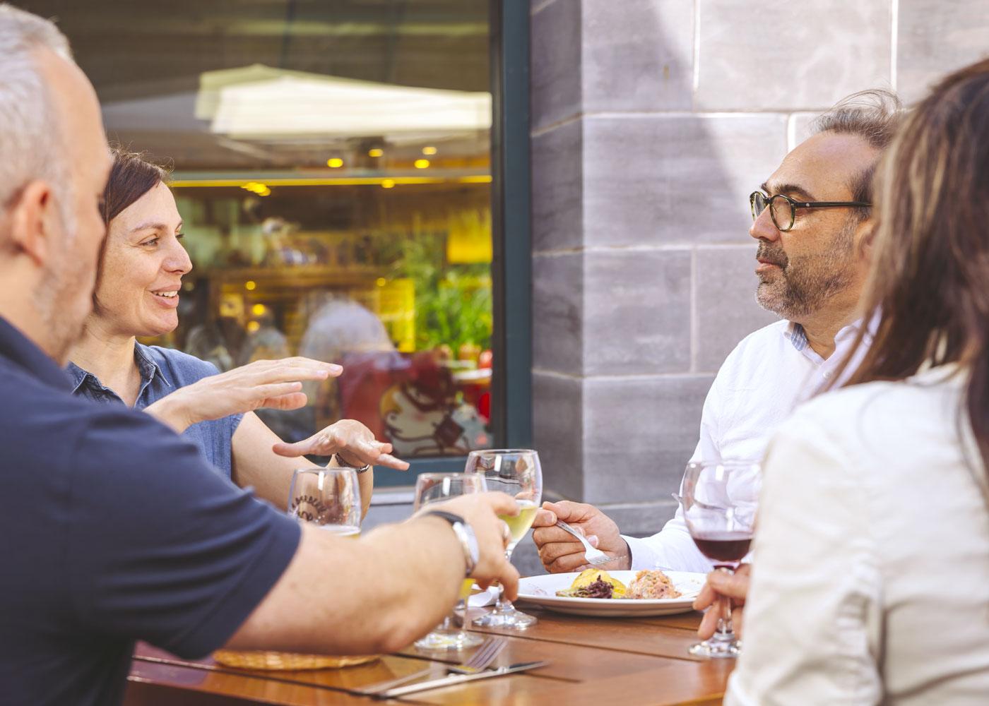 Avec son menu très british et ses alcools québécois, le comptoir urbain du Café 47 offre le parfait complément à une visite du Musée à l'heure du goûter!
