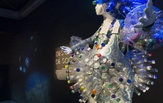 Robe faite de bouteilles recyclées présentée dans l'exposition «Venenum, un monde empoisonné».