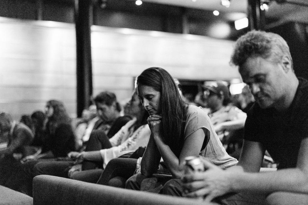 Des gens écoutent un balado lors du Festival Résonance III