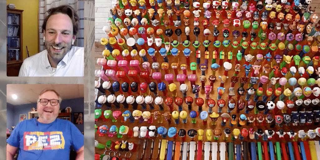 Capture d'écran du Rendez-vous en direct présentant l'animateur, l'archiviste du Musée et quelques-uns de ses milliers de distributeurs de bonbons PEZ.