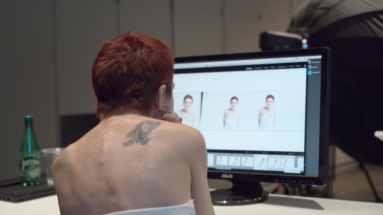 Photographie de Jennifer observant des photos à l'écran