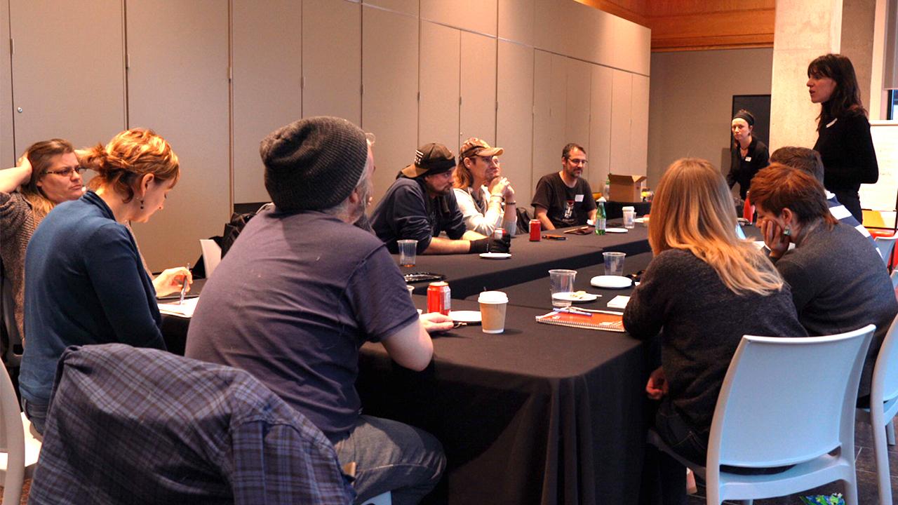 Photographie d'une rencontre de groupe dans une salle du Musée de la civilisation