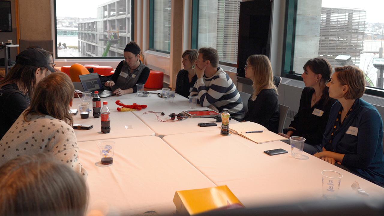 Photographie d'une rencontre de consultation avec les chargées de projet d'exposition et plusieurs experts de vécu.