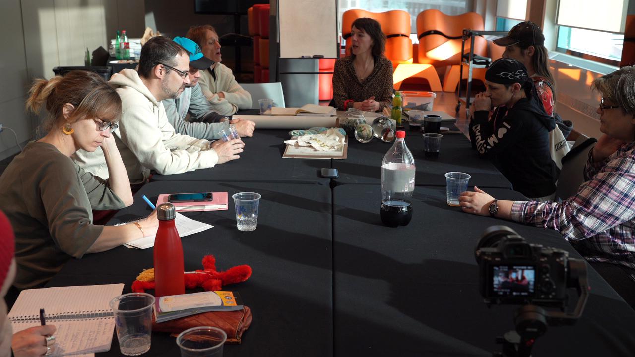 Photographie d'une rencontre de création avec l'artiste Josée Landry Sirois et plusieurs experts de vécu