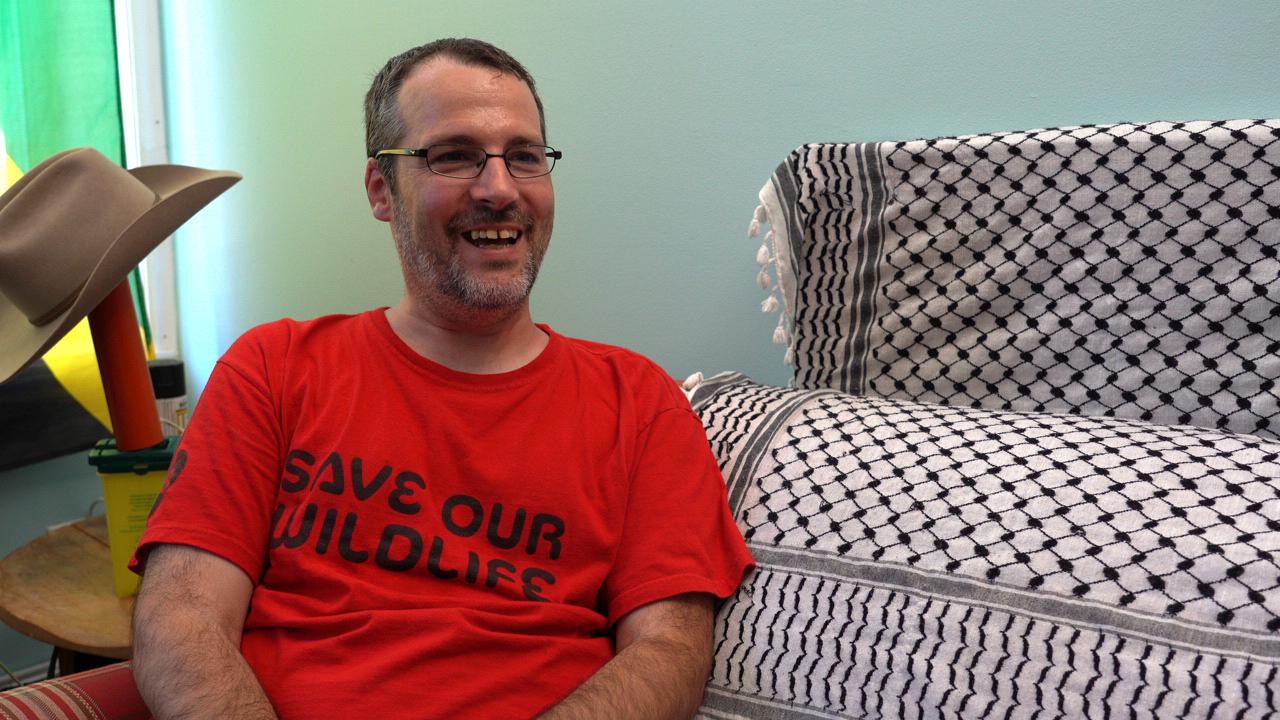 Photographie de Simon, chez lui, lors d'un tournage.