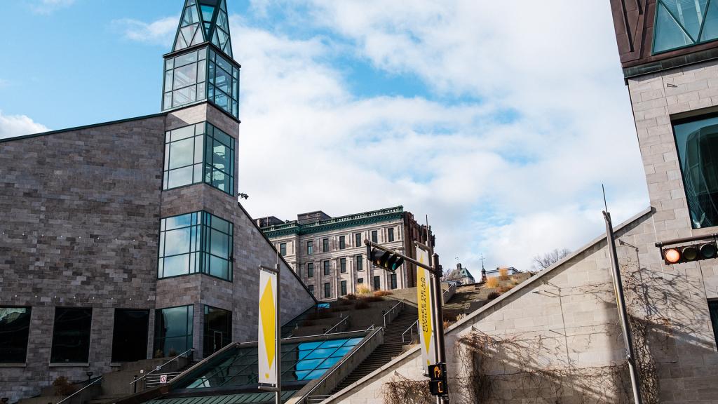 Photographie du Musée de la civilisation qui montre ses nombreux escaliers et toits inclinés