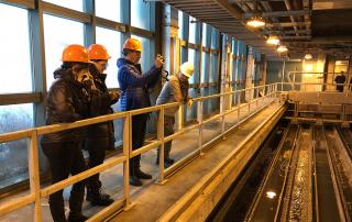 Photographie d'une équipe du Musée à l'usine de traitement des eaux usées de Québec