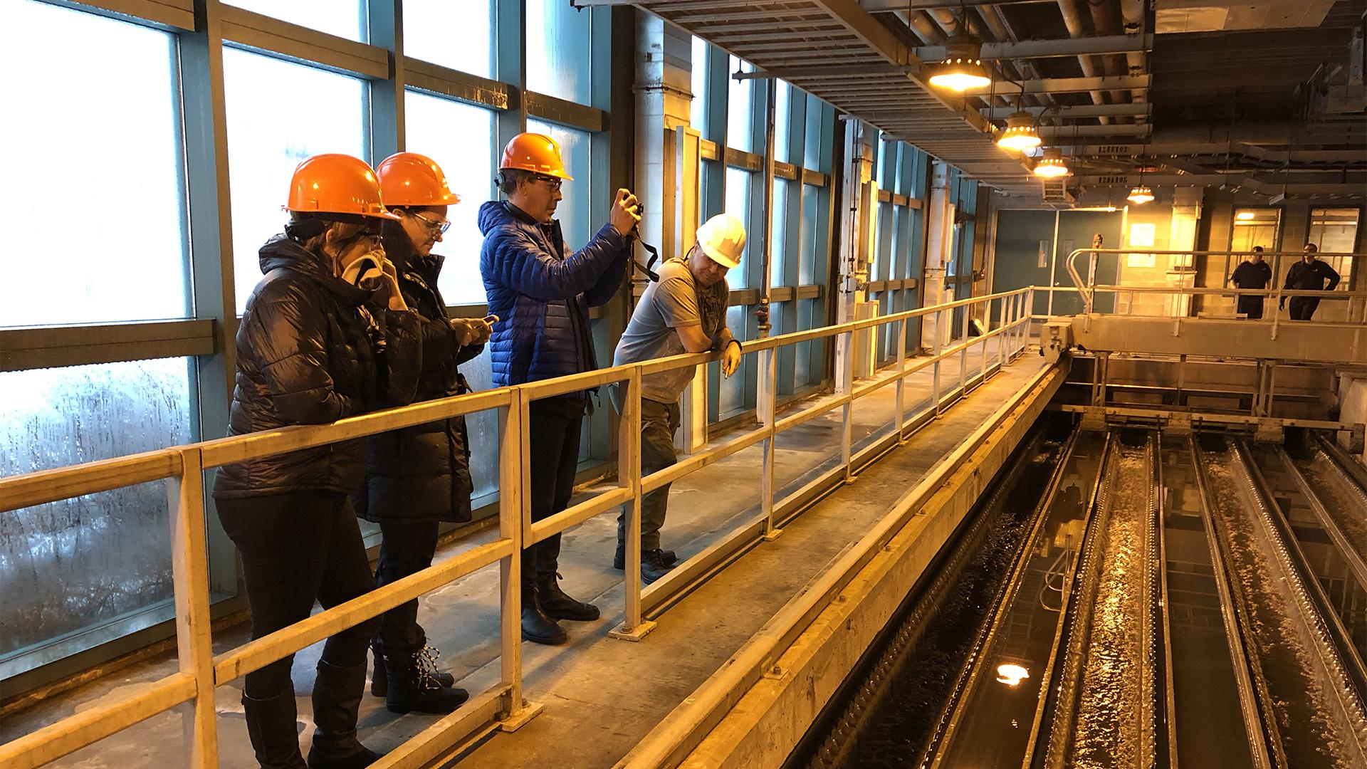 Photographie d'une équipe d'employés du Musée à l'usine de traitement des eaux usées de Québec.